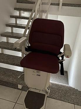 Gebrauchter LIFTA Treppenlift 1 Etage, halbgewendelte Treppe