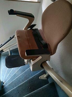 Sitzlift für enge, kurvige Treppen bei wenig Platz, A&P